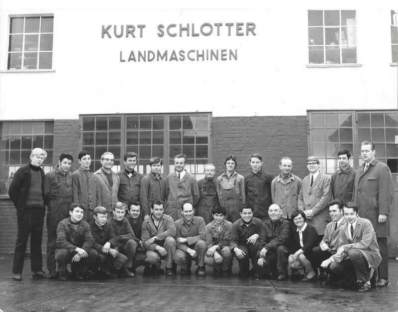 1969 Gruppenbild vor dem Firmengebäude Hauptstraße 58